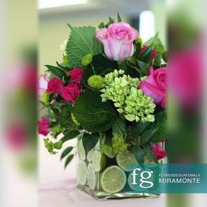 Centro de mesa mediano con rosas, hortensias y baby rose
